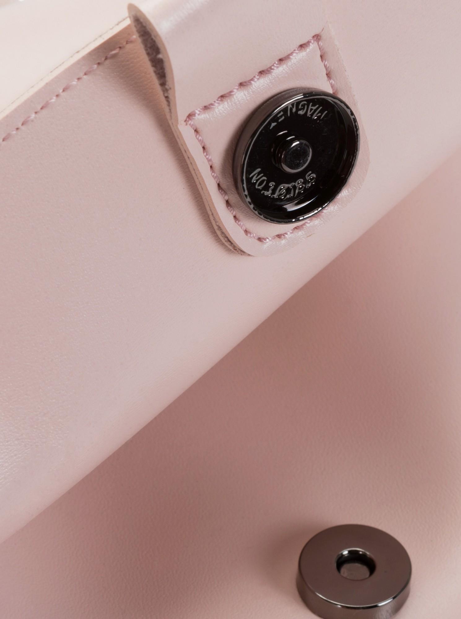 Claudia Canova roz rucsac