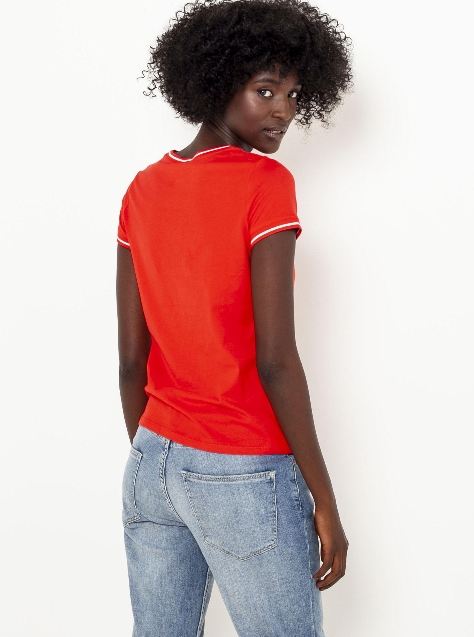 Tricou roșu cu inscripția CAMAIEU